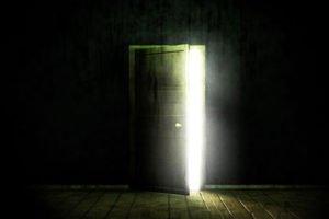 зад вратата